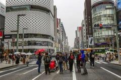 Tokyo, Japan, 04/08/2017 De mensen lopen langs de voetstraat Ginza stock foto