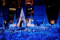 TOKYO JAPAN - DEC 19: Belysning av julljuset på Shiodome Royaltyfri Foto