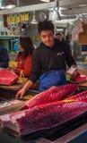 TOKYO, JAPAN - Dezember, 01, 2014: Thunfischverkäufer bei Tsukiji Lizenzfreie Stockbilder