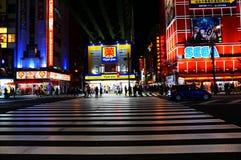 Tokyo Japan die Akihabara bij nacht kruisen Stock Afbeelding
