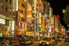 TOKYO, JAPAN - FEBRUAR, 20, 2017: Nachtleben in Shinjuku-Bezirk Hell belichtete Signageshops in Shinjuku-Bereich Stockbilder