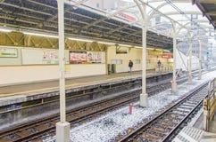 Tokyo, Japan - 8. Februar 2014: Schnee, der herein an der Bahnstation fällt Lizenzfreies Stockfoto
