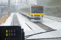 Tokyo, Japan - Februari 8, de trein van 2014 het verzenden door de sneeuw in Tokyo Japan Royalty-vrije Stock Afbeeldingen