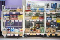 TOKYO, JAPAN - FEBRUARI 20, 2016: diverse drank op plank binnen Stock Foto's