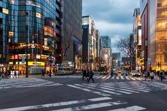TOKYO, JAPAN - FEBRUARI 5, 2019: Het Gebiedscityscape van Tokyo Ginza Avondfoto japan stock afbeelding