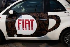 Tokyo Japan: Fiat Alfa Romeo mitt - Fiat Chrysler bilar NV FCA med kafét royaltyfri fotografi