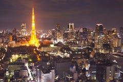 Tokyo Japan horisont med det Tokyo tornet på natten Royaltyfria Foton