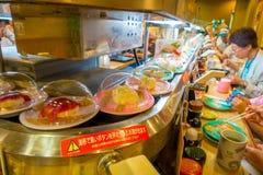 TOKYO, JAPAN -28 IM JUNI 2017: Nicht identifizierte Leute, die ein sortiertes japanesse Lebensmittel über einer Tabelle, innerhal Stockbilder