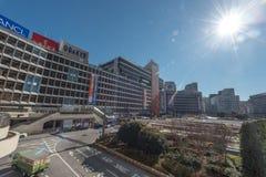 TOKYO, JAPAN - 25. JANUAR 2017: Bahnhofsgelände Tokyos Shinjuku Busbahnhof Direktes Sonnenlicht mit Blendenfleck Lizenzfreie Stockbilder