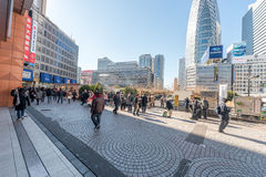TOKYO, JAPAN - 25. JANUAR 2017: Bahnhofsgelände Tokyos Shinjuku Raucherzone Stockfoto