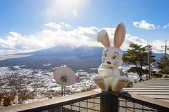 Tokyo, Japan - 13. Januar 2017: Kaninchen-Puppen und der Fujisan an der Spitze des Bergs Tenjoyama im Kawaguchiko See Lizenzfreie Stockfotos
