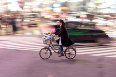 TOKYO, JAPAN - 28. JANUAR 2017: Shibuya-Bezirk in Tokyo Berühmter und beschäftigtster Schnitt in der Welt, Japan Shibuya Überfahr Lizenzfreie Stockfotografie