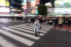 TOKYO, JAPAN - 28. JANUAR 2017: Shibuya-Bezirk in Tokyo Berühmter und beschäftigtster Schnitt in der Welt, Japan Shibuya Überfahr Lizenzfreie Stockfotos