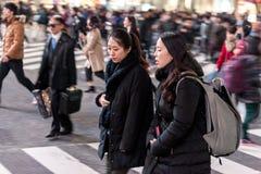 TOKYO, JAPAN - 28. JANUAR 2017: Shibuya-Bezirk in Tokyo Berühmter und beschäftigtster Schnitt in der Welt, Japan Shibuya Überfahr Stockbild