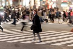 TOKYO, JAPAN - 28. JANUAR 2017: Shibuya-Bezirk in Tokyo Berühmter und beschäftigtster Schnitt in der Welt, Japan Shibuya Überfahr Stockfotografie
