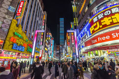 Tokyo, Japan - 25. Januar 2016: Shinjukus Kabuki-Zentralstraße Lizenzfreies Stockfoto