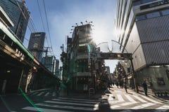 Tokyo, Japan - 14 Januari, 2019: Het de stadsleven van Tokyo door de straat en de stegen bij Shinbashi-post Japanse lokale cultuu stock fotografie