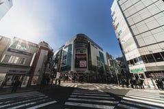Tokyo Japan - Januari 14, 2019: Japanskt folk som korsar sebraövergångsställe i Shinbashi område Livsstil för stad Japan för loka arkivfoton