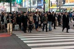 TOKYO JAPAN - JANUARI 28, 2017: Shibuya område i Tokyo Berömd och mest upptagen genomskärning i världen, Japan Shibuya Crossing Royaltyfri Bild