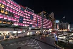 TOKYO JAPAN - JANUARI 26, 2017: Tokyo Shinjuku station För exponeringsgata för afton långt foto Oskarp trafik royaltyfri fotografi
