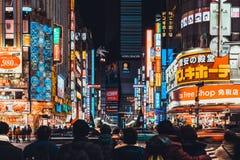 Tokyo Japan - Januari 11, 2019: Trängd ihop folk- och biltrafik på Kabukicho område, underhållningutelivzonen och bordellkvartere royaltyfria foton