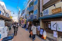 Tokyo, Japan - Januari 27, 2016: Yanaka Ginza een het winkelen straat die het best het shitamachiaroma van het Yanaka-District ve Stock Fotografie