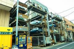 TOKYO, JAPAN -28 JUN 2017: Een geautomatiseerd systeem met meerdere verdiepingen van het autoparkeren De automatische parkeerterr royalty-vrije stock afbeeldingen