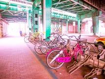 TOKYO, JAPAN -28 JUN 2017: Kleurrijke die fietsen op een rij in openlucht worden geparkeerd bij, gelegen in Tokyo Stock Fotografie
