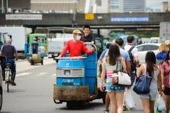 Tokyo Japan - Juni 18, 2015: arbetaren är upptagen i den Tsukiji marknaden I Juni 18, 2015 Arkivfoto