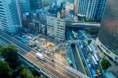 TOKYO, JAPAN AM 28. JUNI - 2017: Areial-Ansicht von Ikebukuro-Bezirk, Leute, welche die Straßen, buldings im Bau kreuzen Stockfotografie