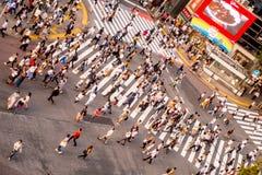 TOKYO JAPAN JUNI 28 - 2017: Bästa sikt av folkmassan av folk som in korsar i Shibuya gata, en av de mest upptagna övergångsställe Arkivbild