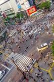 TOKYO JAPAN JUNI 28 - 2017: Bästa sikt av folkmassan av folk som in korsar i Shibuya gata, en av de mest upptagna övergångsställe Arkivfoton