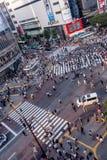 TOKYO JAPAN JUNI 28 - 2017: Bästa sikt av folkmassan av folk som in korsar i Shibuya gata, en av de mest upptagna övergångsställe Fotografering för Bildbyråer