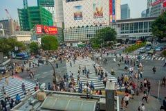 TOKYO JAPAN JUNI 28 - 2017: Bästa sikt av folkmassan av folk som in korsar i Shibuya gata, en av de mest upptagna övergångsställe Royaltyfri Foto