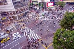 TOKYO JAPAN JUNI 28 - 2017: Bästa sikt av folkmassan av folk som in korsar i Shibuya gata, en av de mest upptagna övergångsställe Royaltyfri Fotografi