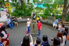 TOKYO, JAPAN JUNI 28 - 2017: De niet geïdentificeerde mensen bezoeken Hachiko-hondstandbeeld in Shibuya, Tokyo Hachiko was een be Stock Foto's