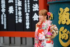 Tokyo, Japan - 17. Juni 2015: Japanische Frau im Kimono bei Asakusa in Tokyo, Japan Stockfotografie