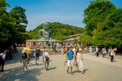 TOKYO, JAPAN JUNI 28 - 2017: Menigte van mensen die en beelden stellen nemen bij monumentaal bronsstandbeeld van Grote Boedha Stock Foto