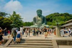 TOKYO, JAPAN JUNI 28 - 2017: Menigte van mensen die en beelden stellen nemen bij monumentaal bronsstandbeeld van Grote Boedha Royalty-vrije Stock Afbeelding