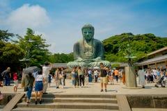 TOKYO, JAPAN JUNI 28 - 2017: Menigte van mensen die en beelden stellen nemen bij monumentaal bronsstandbeeld van Grote Boedha Royalty-vrije Stock Fotografie