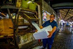 TOKYO, JAPAN AM 28. JUNI - 2017: Nicht identifizierter starker Mann, der in seinem Hand ein Kasten füllt mit Eis in Meeresfrüchte Stockfotografie