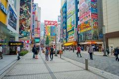 TOKYO, JAPAN JUNI 28 - 2017: Niet geïdentificeerde mensen die in Akihabara-district in Tokyo, Japan lopen Het district is een maj Stock Foto