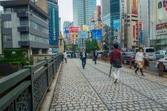 TOKYO, JAPAN JUNI 28 - 2017: Niet geïdentificeerde mensen die in Akihabara-district in Tokyo, Japan lopen Het district is een maj Stock Afbeelding