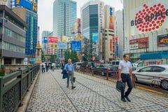 TOKYO, JAPAN JUNI 28 - 2017: Niet geïdentificeerde mensen die in Akihabara-district in Tokyo, Japan lopen Het district is een maj Stock Fotografie