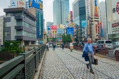 TOKYO, JAPAN JUNI 28 - 2017: Niet geïdentificeerde mensen die in Akihabara-district in Tokyo, Japan lopen Het district is een maj Royalty-vrije Stock Afbeeldingen