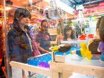 TOKYO, JAPAN JUNI 28 - 2017: Niet geïdentificeerde mensen die de geassorteerde hello Potpoppen in een stuk speelgoed muntstukmach Royalty-vrije Stock Afbeeldingen