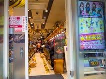 TOKYO JAPAN JUNI 28 - 2017: Oidentifierade män som spelar i maskiner för ett mynt inom av en lokal av lekar som lokaliseras i Tok Fotografering för Bildbyråer