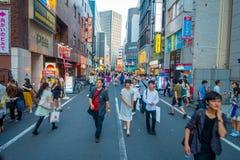 TOKYO JAPAN JUNI 28 - 2017: Oidentifierat folk som korsar gatan genom att använda övergångsstället på det Ikebukuro området av To Royaltyfri Fotografi