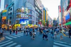 TOKYO JAPAN JUNI 28 - 2017: Oidentifierat folk som korsar gatan genom att använda övergångsstället på det Ikebukuro området av To Arkivfoton