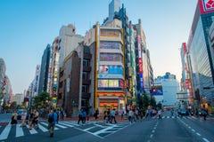 TOKYO JAPAN JUNI 28 - 2017: Oidentifierat folk som korsar gatan genom att använda övergångsstället på det Ikebukuro området av To Royaltyfria Bilder